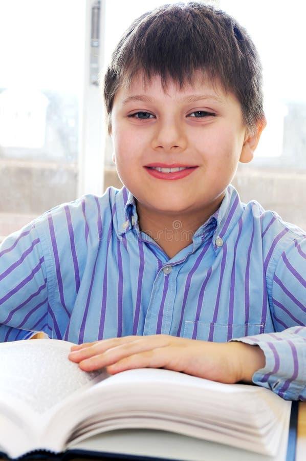 El estudiar del muchacho de escuela imagen de archivo