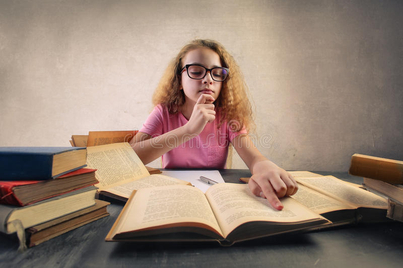 El estudiar del niño fotografía de archivo