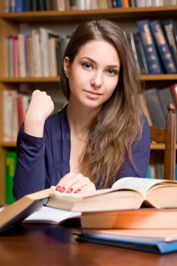 El estudiar joven del estudiante. imagenes de archivo