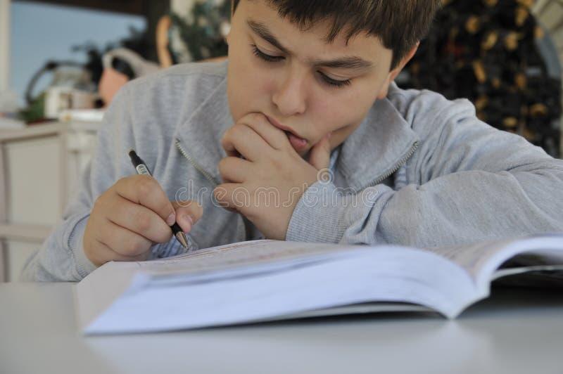 El estudiar joven del muchacho fotos de archivo