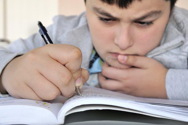 El estudiar joven del muchacho imagen de archivo