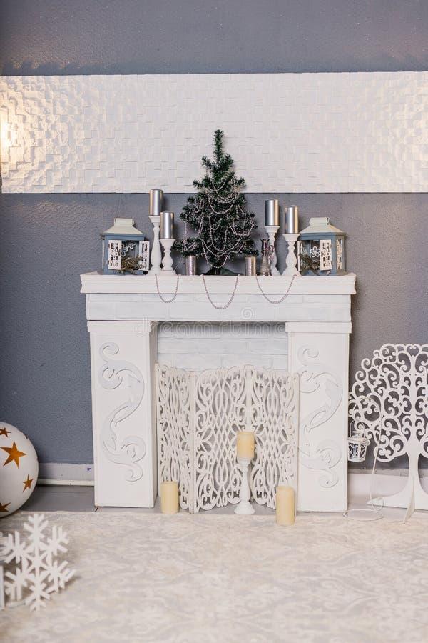 El estudio del Año Nuevo se enmarca en colores rojos y blancos Interior festivo de la Navidad Atmósfera festiva acogedora del día imagenes de archivo