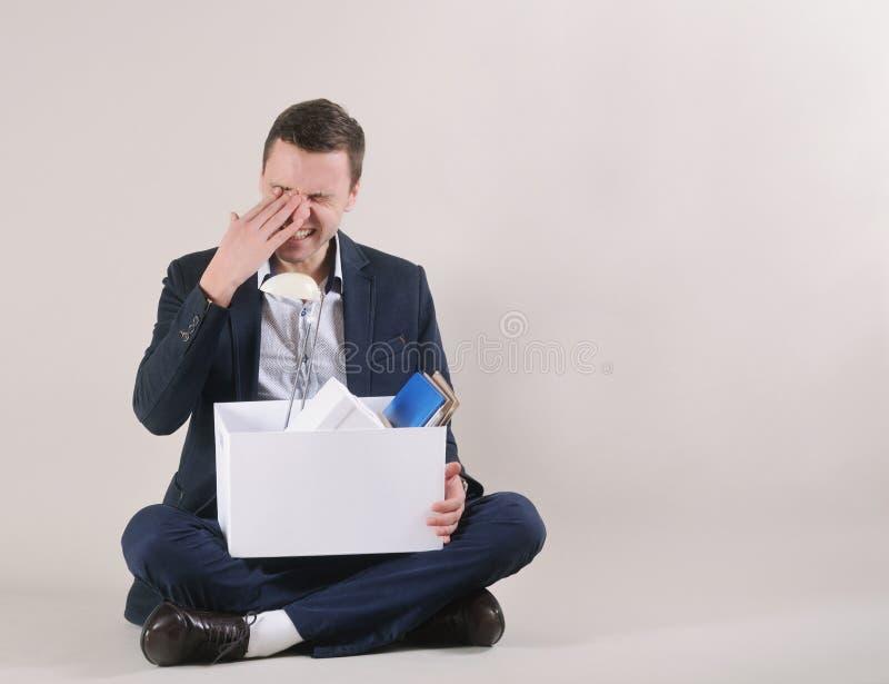El estudio tiró de hombre de negocios cansado atractivo con la materia de la oficina adentro fotografía de archivo