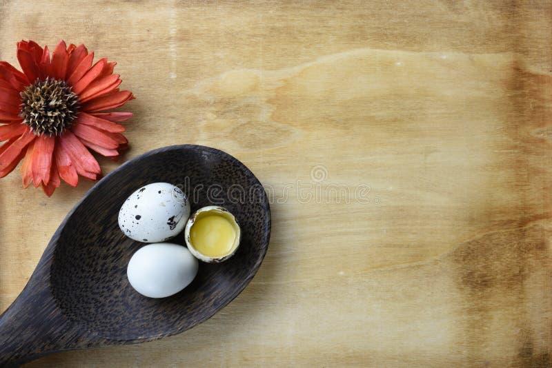 El estudio tiró de huevos en un fondo de madera fotografía de archivo libre de regalías