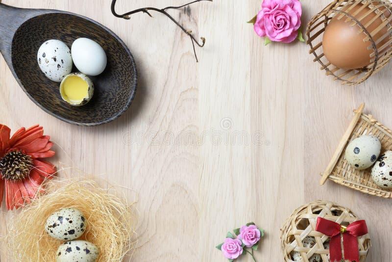 El estudio tiró de huevos en un fondo de madera imágenes de archivo libres de regalías