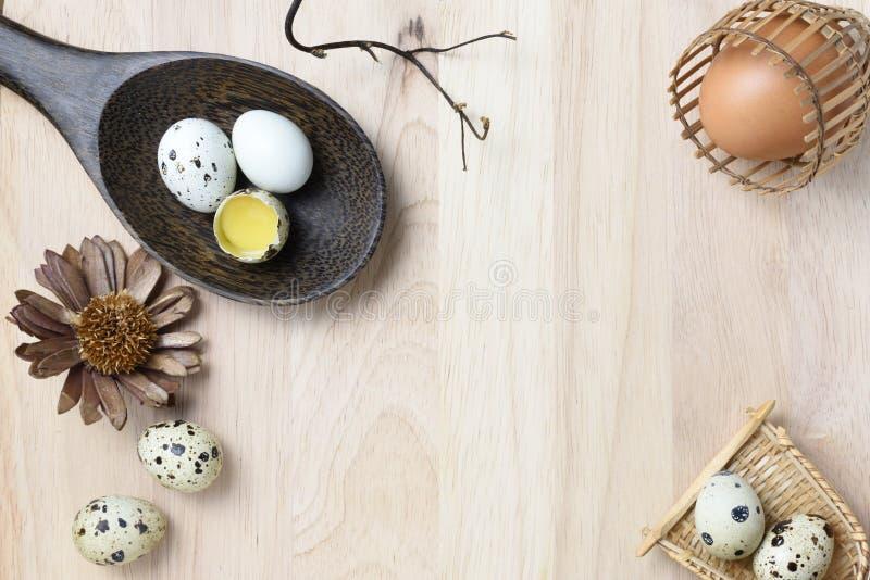 El estudio tiró de huevos en un fondo de madera fotos de archivo libres de regalías
