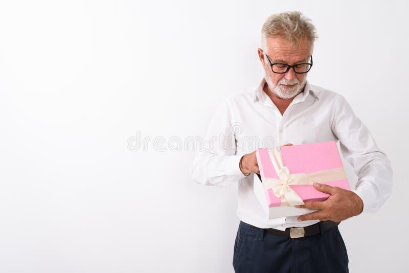 El estudio tiró de la caja de regalo barbuda mayor hermosa de la abertura del hombre con imagenes de archivo