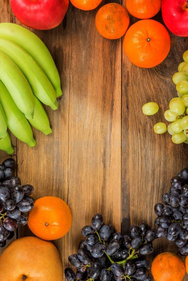 El estudio tiró de la consumición sana, diversas frutas en vieja TA de madera imágenes de archivo libres de regalías