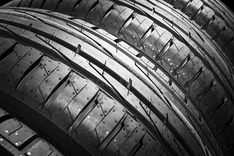 El estudio tiró de un sistema de neumáticos de coche del verano aislados en fondo negro Fondo de la pila del neum?tico Cierre del imágenes de archivo libres de regalías