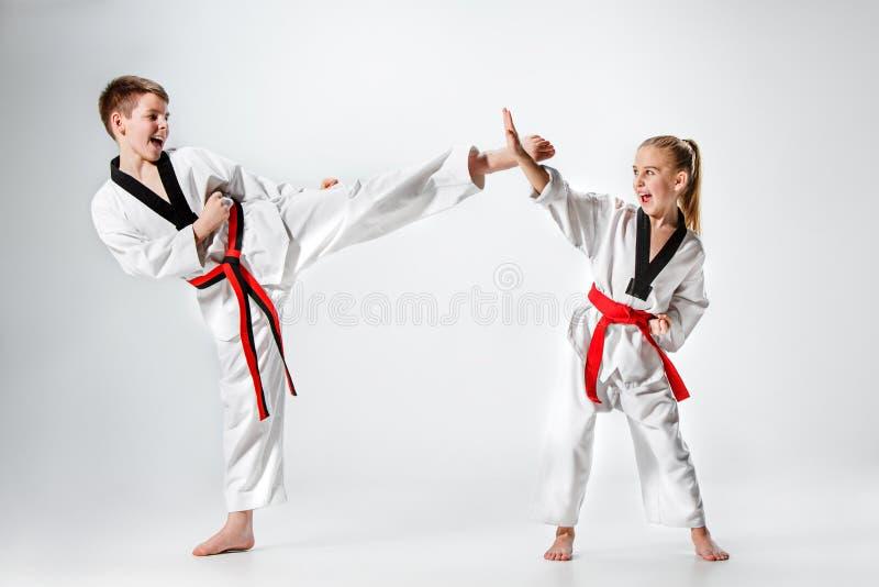 El estudio tiró del grupo de niños que entrenaban a artes marciales del karate imagen de archivo