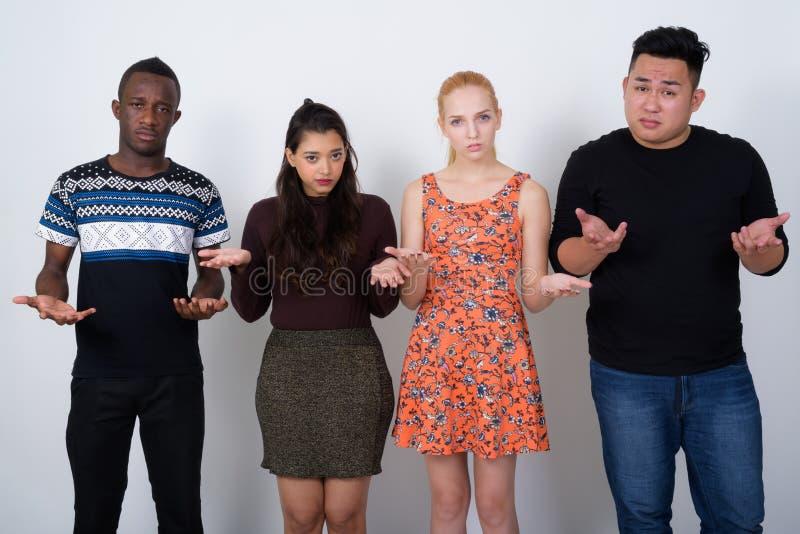El estudio tiró del grupo diverso de amigos étnicos multi que miraban estafa fotografía de archivo