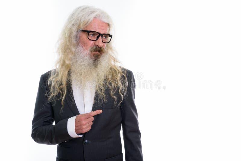 El estudio tiró del hombre de negocios barbudo mayor que miraba y que señalaba t imagenes de archivo