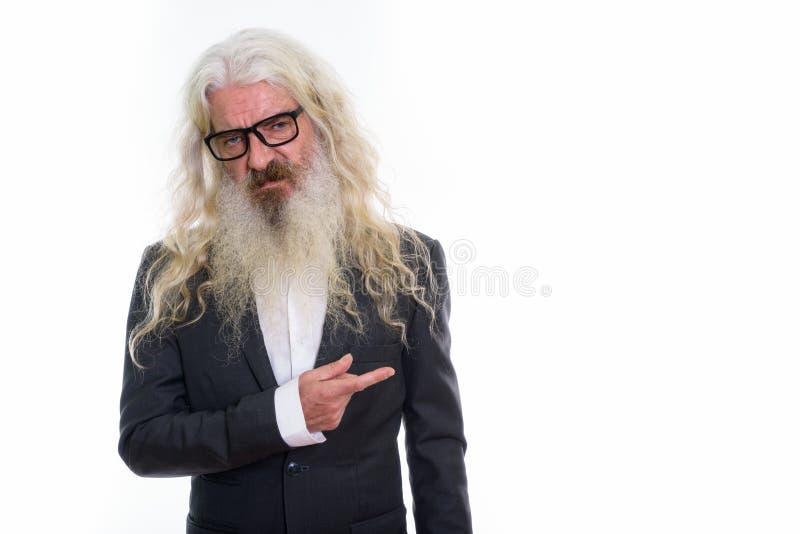 El estudio tiró del hombre de negocios barbudo mayor que parecía asqueado y imagen de archivo