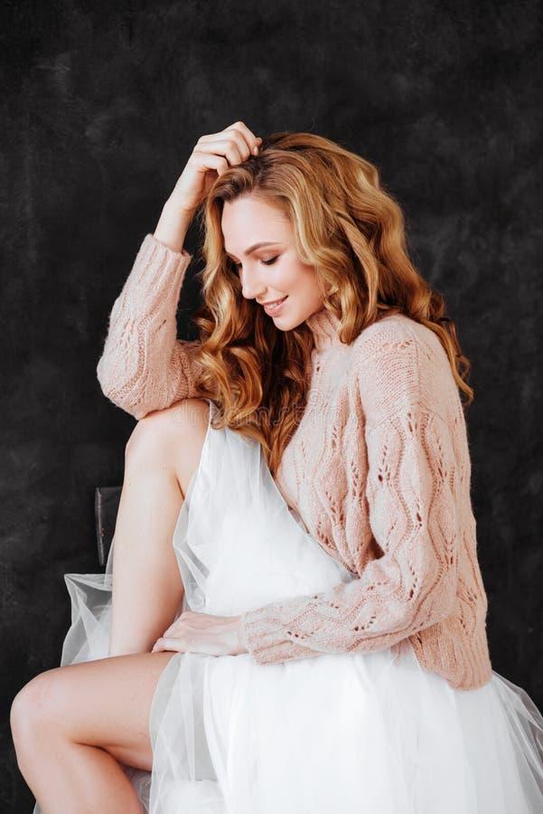 El estudio tir? de mujer joven hermosa con el pelo rubio fotografía de archivo