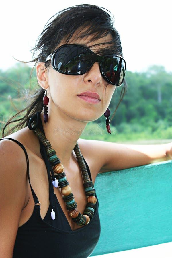 El europeo joven bronceó a la muchacha con las gafas de sol grandes al aire libre fotografía de archivo