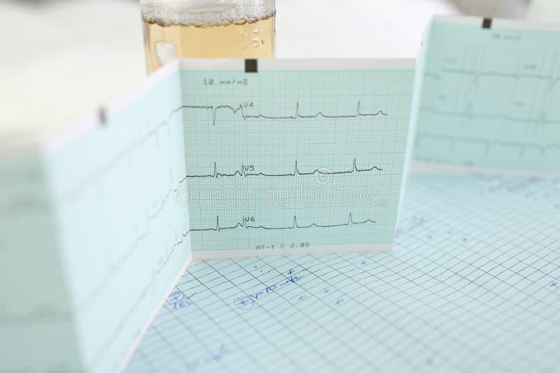 El examen médico resulta en la tabla del ` s del doctor en la oficina foto de archivo libre de regalías