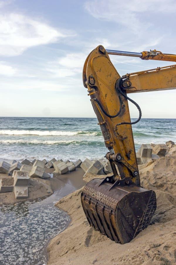 El excavador construye el engranaje protector imagen de archivo libre de regalías