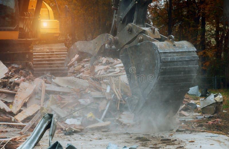 el excavador desmonta la casa quebrada despu?s de tragedia fotografía de archivo