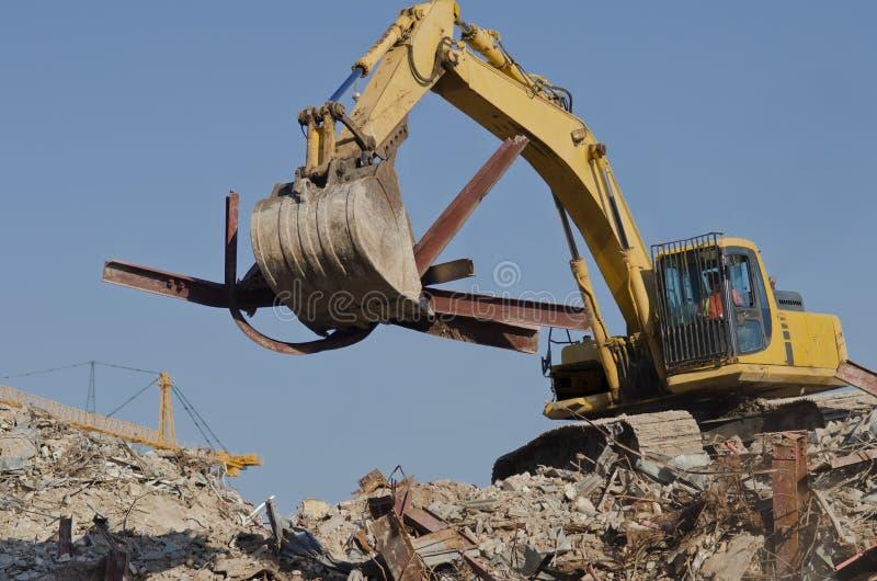 El excavador quita las vigas de acero fotografía de archivo libre de regalías