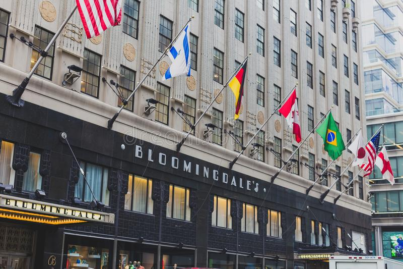 El exterior de los grandes almacenes del ` s de Bloomingdale en Manhattan, encendido foto de archivo