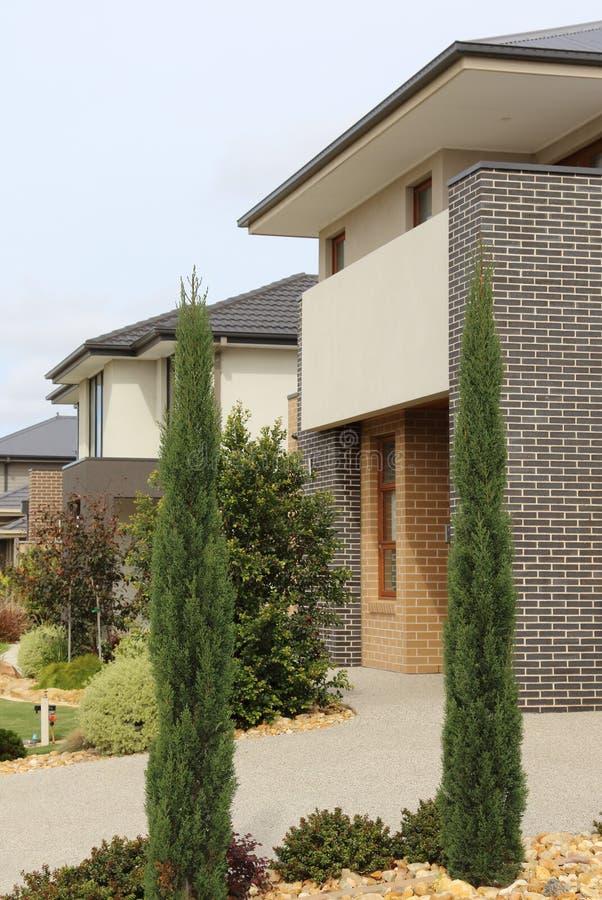 El exterior moderno de la arquitectura detalla hogares dobles de la historia foto de archivo libre de regalías