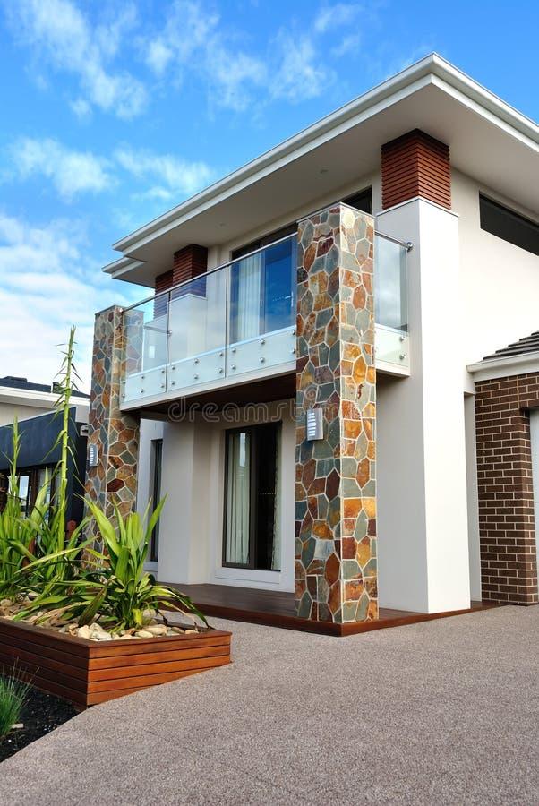 El exterior moderno de la arquitectura detalla imagen vertical foto de archivo