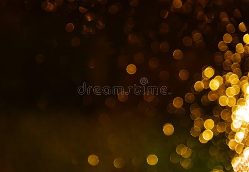 El extracto del bokeh del oro del agua de lluvias sobre los vidrios, las luces defocused brilla fondo La Navidad decorativa del f foto de archivo
