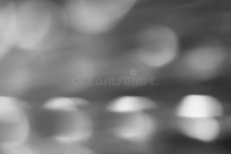 El extracto empañó el fondo blanco y negro con los círculos, foto imagenes de archivo