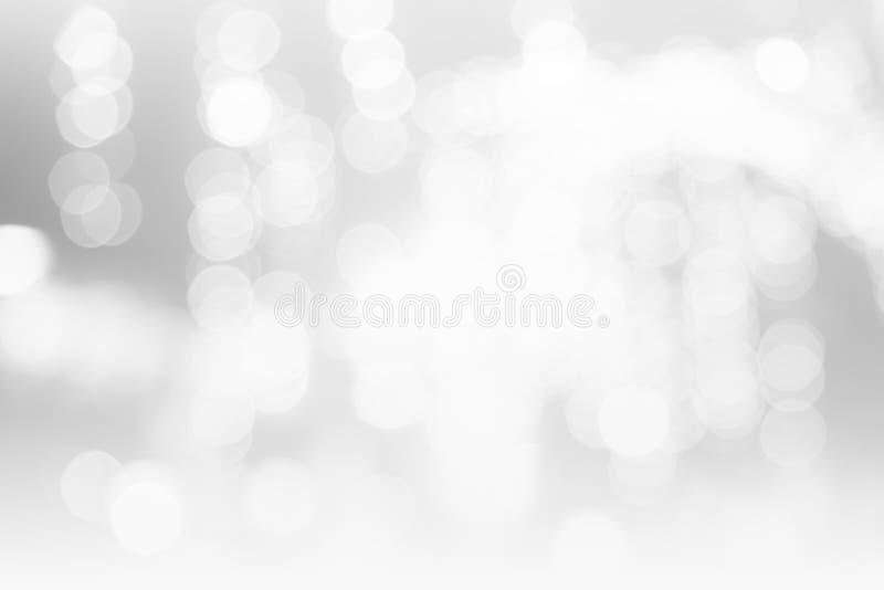 El extracto gris blanco del fondo del bokeh empañó las luces borrosas brillantes del espacio de la copia del concepto, fondo de l fotografía de archivo