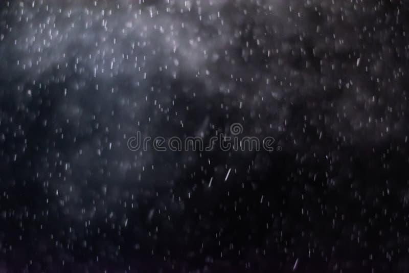 El extracto salpica del agua en un fondo negro imagen de archivo libre de regalías