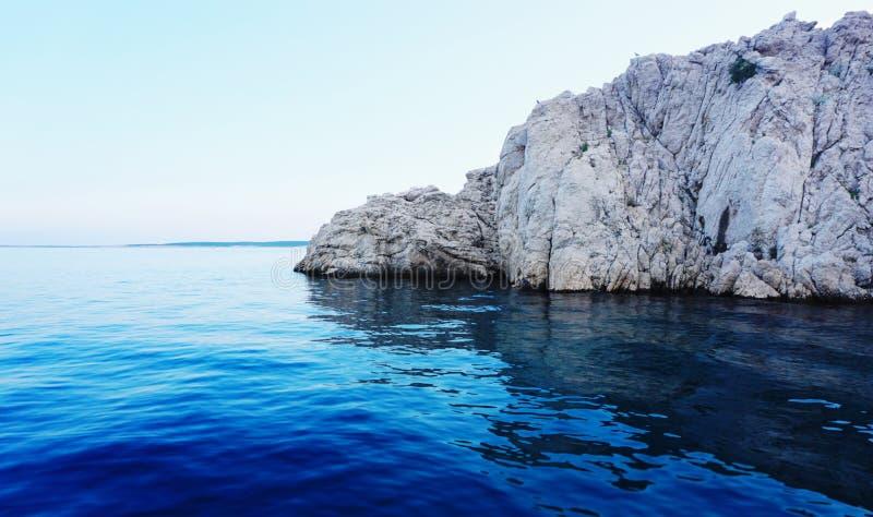 El extremo de la piedra o de la península grande desciende en el mar profundo foto de archivo libre de regalías