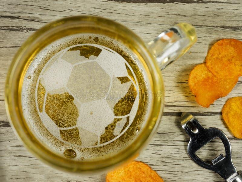 El fútbol en espuma de la cerveza foto de archivo libre de regalías