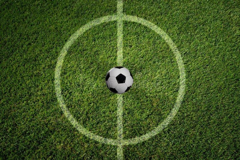 El fútbol está en el campo imagenes de archivo