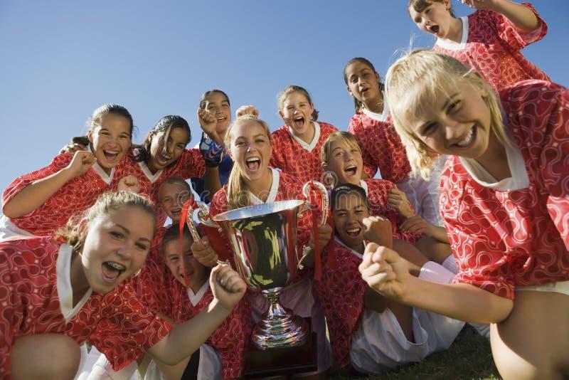 El fútbol Team Holding Trophy de las muchachas fotografía de archivo