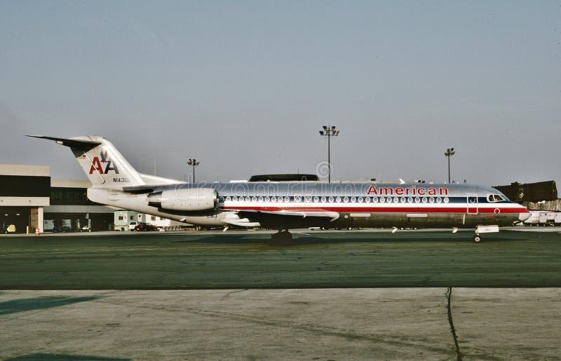 El F-100 N1430D de Fokker de American Airlines llega Dallas después de un vuelo de Phoenix el 8 de agosto de 1993 fotos de archivo