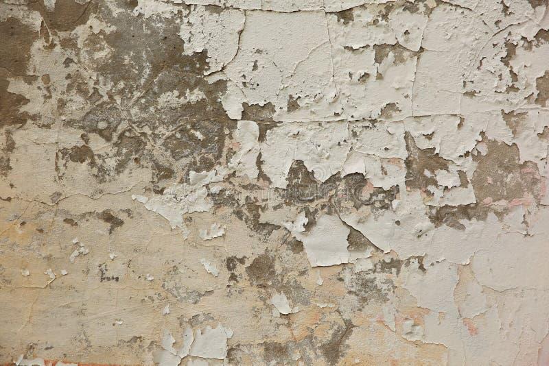 El façade destruido de la construcción muestra claramente que la parroquia es escamosa y se cae de la pared fotos de archivo