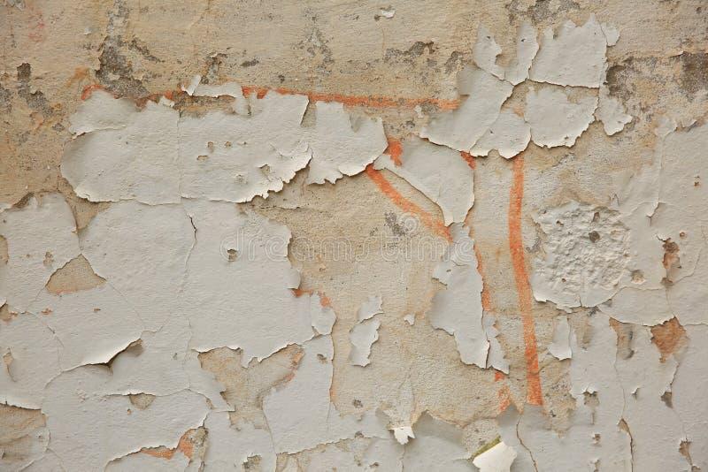 El façade destruido de la construcción muestra claramente que la parroquia es escamosa y se cae de la pared fotos de archivo libres de regalías