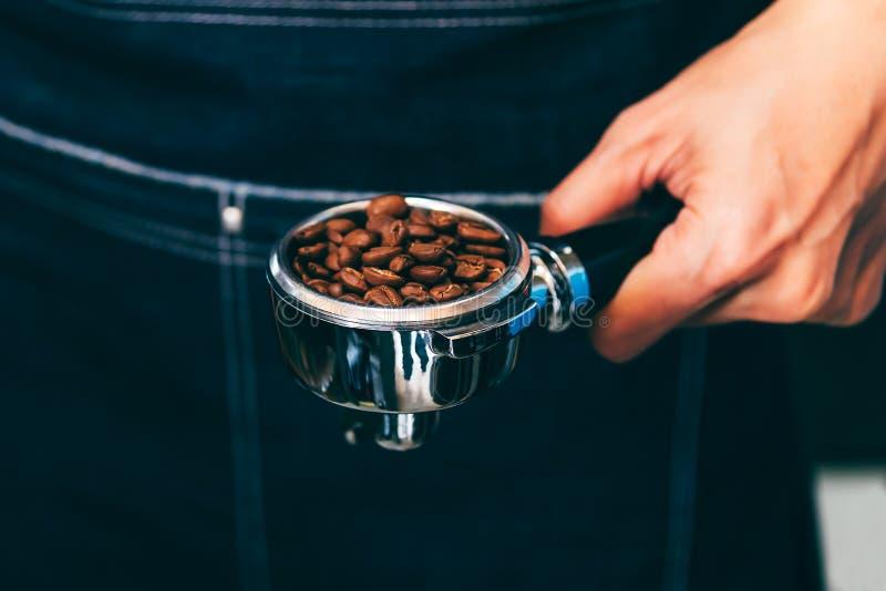 El fabricante de café lleva a cabo un dispositivo foto de archivo