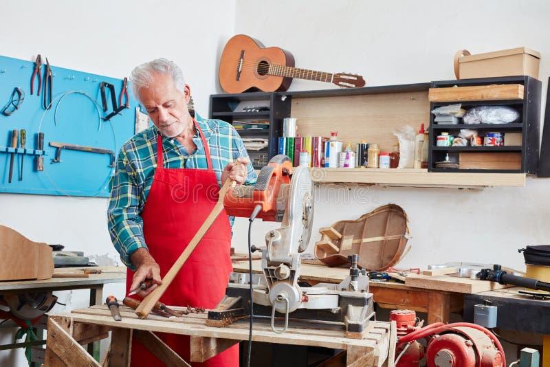 El fabricante de la guitarra o más luthier hace la nueva guitarra imágenes de archivo libres de regalías