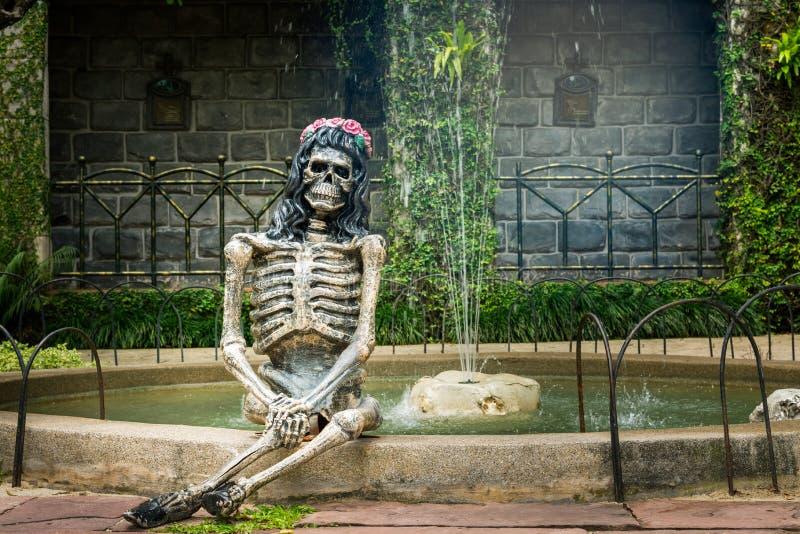 El fantasma de la señora se sienta en una cascada detrás de una casa imagen de archivo