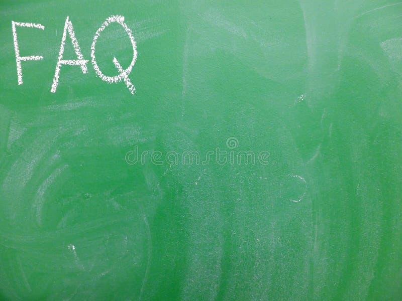 El FAQ de la abreviatura hizo con frecuencia las preguntas escritas en un verde, pizarra relativamente sucia por la tiza Localiza foto de archivo libre de regalías