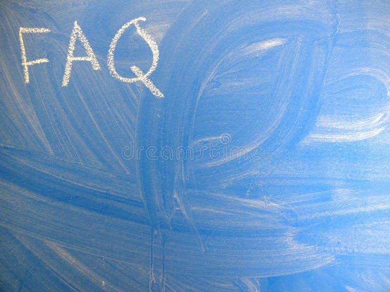 El FAQ de la abreviatura hizo con frecuencia las preguntas escritas en una pizarra azul, relativamente sucia por la tiza Localiza foto de archivo libre de regalías