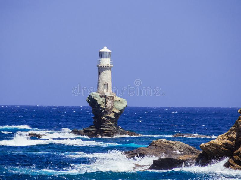 El faro blanco de la isla de Andros, en las Cícladas, Grecia fotografía de archivo