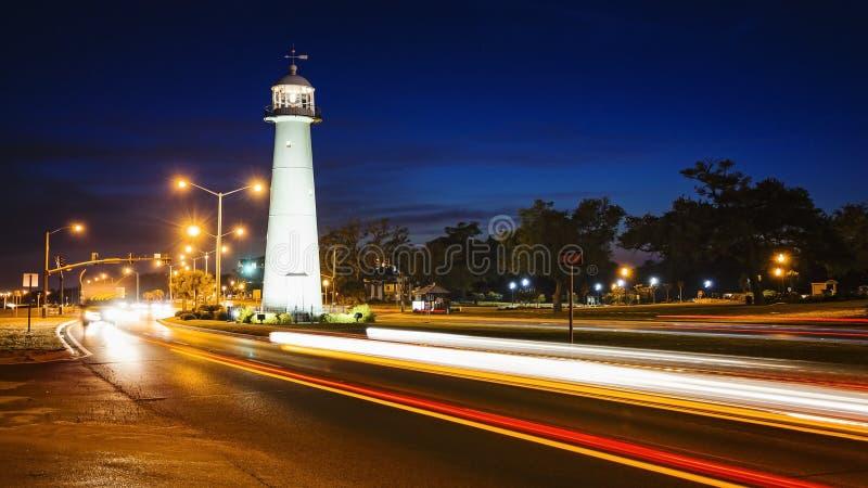 El faro de Biloxi en la noche y el tráfico en la Costa del Golfo indican o imagenes de archivo