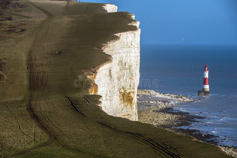 El faro y los acantilados de tiza principales con playas famosos cerca de Eastbourne en Sussex del este, Inglaterra imágenes de archivo libres de regalías