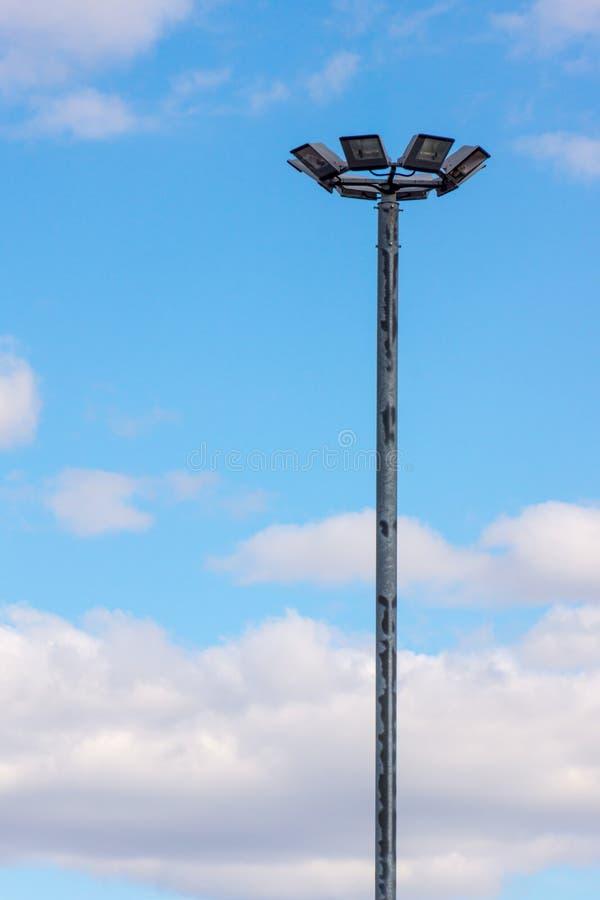 El farol se opone solamente al cielo azul imagen de archivo libre de regalías