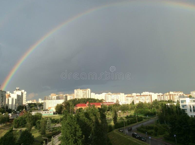 El fenómeno del arco iris sobre la ciudad provincial de Zelenograd en la región de Moscú imágenes de archivo libres de regalías