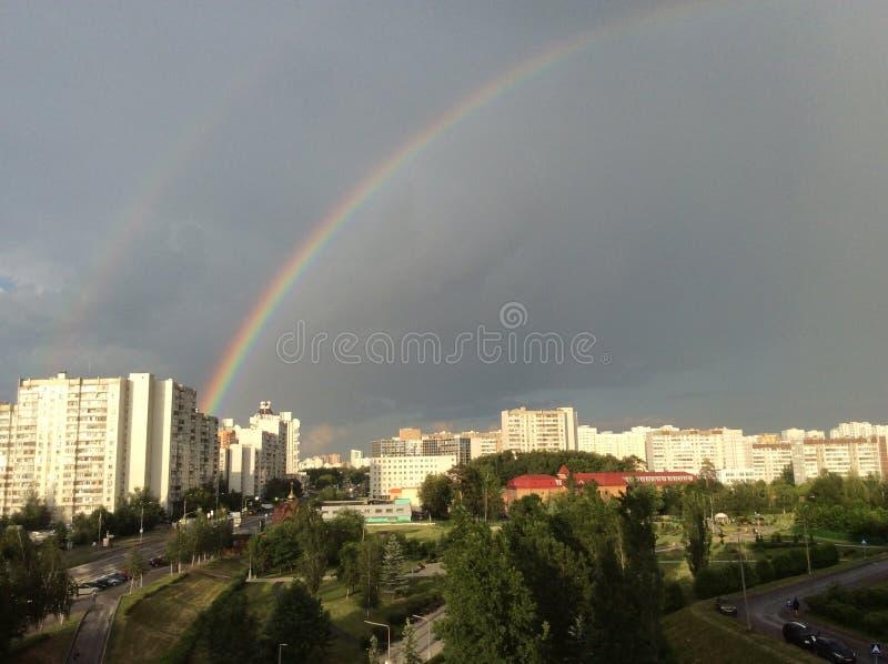 El fenómeno del arco iris sobre la ciudad provincial de Zelenograd en la región de Moscú imagen de archivo