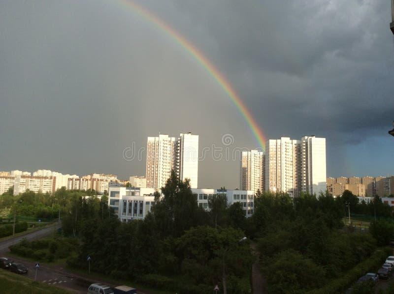 El fenómeno del arco iris sobre la ciudad provincial de Zelenograd en la región de Moscú fotos de archivo