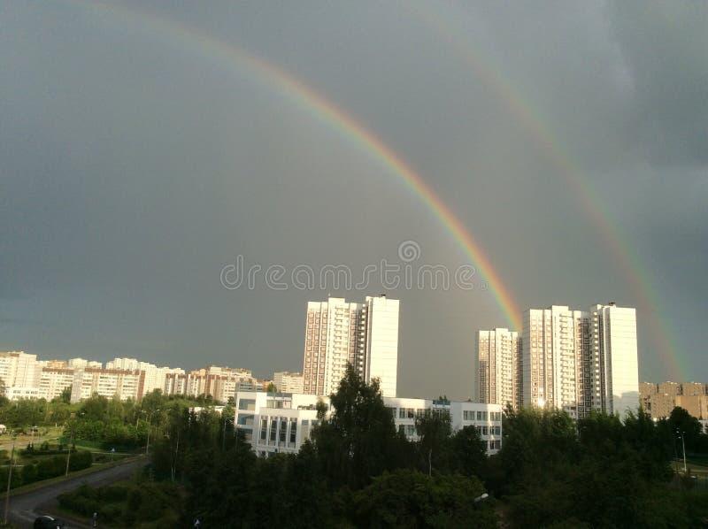 El fenómeno del arco iris sobre la ciudad provincial de Zelenograd en la región de Moscú imagen de archivo libre de regalías